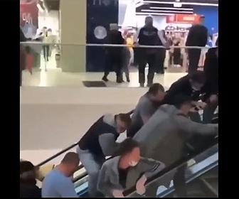 【衝撃】エスカレーターで少女の指が挟まってしまい、大勢がエスカレーターを押して少女を助ける
