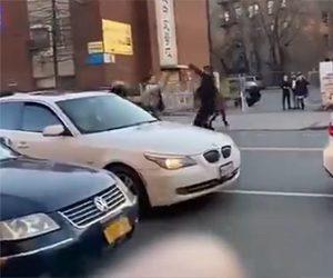 【ロードレイジ】車道で殴り合う男達。バットを持って戦う男に車で突っ込み…衝撃映像