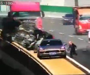 【衝撃】緊急停車した車の運転手が三角表示板の代わりに黒いシザージャッキ使用した結果恐ろしいことに…