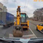 【事故】車道で停車しているショベルカーに救急車が突っ込んでしまう衝撃事故映像