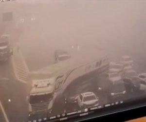 【事故】高速道路で車のエンジンが燃え大量の煙が発生。後続車が次々に突っ込んでくる衝撃映像