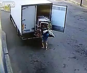 【衝撃】トラック荷台の扉を開けた作業員に大量の果物が倒れてくる衝撃映像