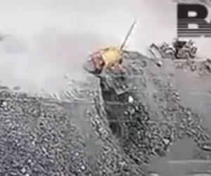 【事故】荷台に大量の石を運ぶダンプカーが採石場に落下してしまう衝撃映像