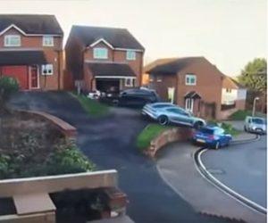 【事故】家の前の坂道で止まったポルシェが突然暴走。駐車車両2台に突っ込む衝撃映像
