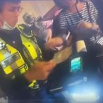 【衝撃】バイクに乗る母親が警察官から違反切符を切られ、怒って急発進すると…