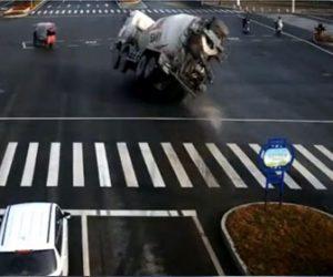 【事故】交差点でタンクローリーが横転しながら車に突っ込むが…