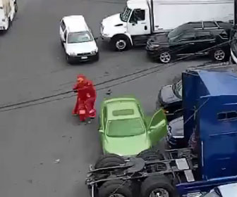 【衝撃】強盗が1万ドルを奪いバイクで逃げるが奪われた家族が車で追いかけ…