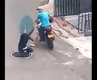 【衝撃】泥棒がマンホールの蓋を外して盗もうとするが…