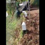 【衝撃】山道を猛スピードで走るトラックが崖から転落してしまう衝撃事故映像