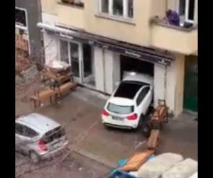 【衝撃】薬物中毒者がハンバーガーショップに車で何度も突っ込む衝撃映像