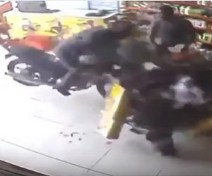 【事故】猛スピードのバイクが店に突っ込んでくる衝撃事故映像