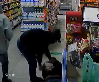 【衝撃】4人の強盗がコンビニに現れるがレジで支払い中の男性が非番の警察官で…