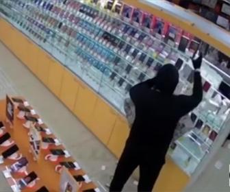 【衝撃】携帯電話ショップに泥棒が現れ、携帯電話を袋に入れまくるが店員に気づかれ…