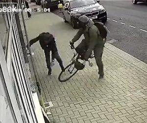 【事故】歩道を自転車で走る警察官が店から出てきたおじいさんに激突してしまう衝撃映像