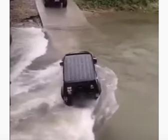 【衝撃】大雨で冠水した道路を4WDが通ろうとするが水の勢いが強すぎ…