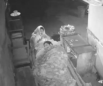 【衝撃】寝ている警備員の枕にホームレスの男が火をつける衝撃映像