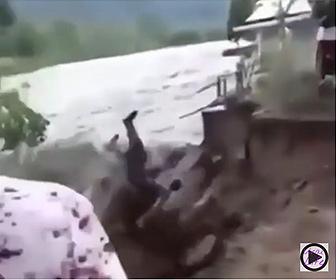 【衝撃】川沿いに生えているヤシの木に男性が登り、ヤシの実を取ろうとするが恐ろしいことに…