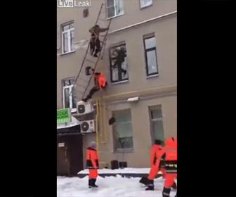 【衝撃】除雪作業をする作業員が避難はしごを登るがはしごが落下してしまい…