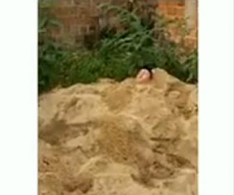 【衝撃】砂に埋まり警察から隠れる男性