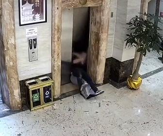 【衝撃】酔っ払った男性を担いで歩くが転倒、男性2人がエレベーターシャフトに落下してしまう衝撃映像