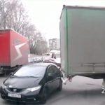 【事故】右折する大型トラックが対向車線の車を引っ掛けてしまう衝撃映像