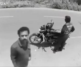 【面白】スリが男性から財布を盗むが防犯カメラに気づいて…