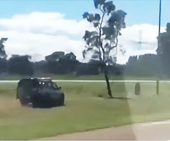 【衝撃】猛スピードで逃げるバイクを警察車両が追いかける衝撃映像