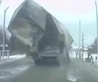【事故】トラック荷台が電線に引っかかり崩れ落ちてしまう衝撃映像