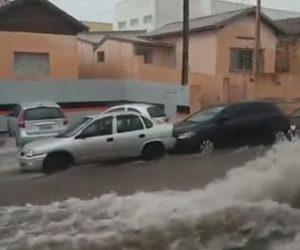 【災害】ブラジルで大雨により洪水が発生。大量の車が流される衝撃映像