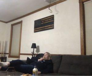 【衝撃】ソファーに座って映画を見ている女性の頭に通気口からヘビが落下してくる衝撃映像