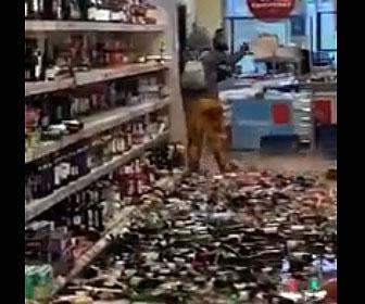 【衝撃】女がスーパーで大暴れ。陳列棚の酒を床に落として割りまくる衝撃映像