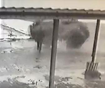 【事故】道を走る男性にコントロールを失った猛スピードの車が後ろから突っ込んでくる衝撃映像