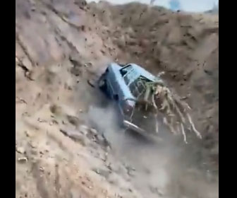 【衝撃】大量の木を積んだ車が険しい山道を登る衝撃映像