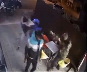 【強盗】店に強盗が現れ、息子と店に来ていた警察官が強盗に銃を撃ちまくる衝撃映像