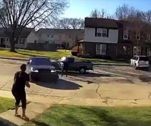 【衝撃】女性が運転する車の進路を塞がれ、車から降りてきた男が女性に銃を撃ちまくる衝撃映像