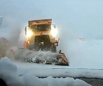 【事故】除雪車が対向車に突っ込んでくる衝撃映像