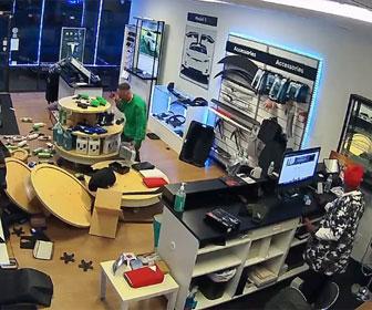 【衝撃】オープンしたての店で男が大暴れ。商品を投げ破壊しまくる衝撃映像