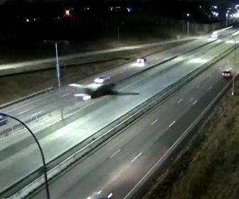 【衝撃】高速道路に飛行機が緊急着陸し車と激突してしまう衝撃映像