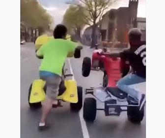 【事故】調子に乗りウイリーする4輪バギー2台が接触し転倒してしまう衝撃映像