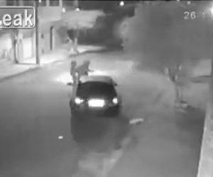 【強盗】バイクに乗った2人組の強盗が車を襲うが逃げられ、後続の車が強盗に突っ込む衝撃映像