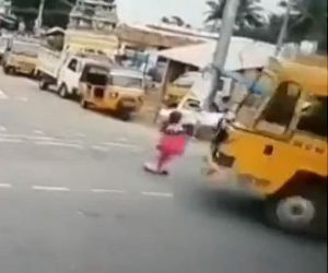 【事故】右折する大型トラックが女性に気づかず轢いてしまうが…