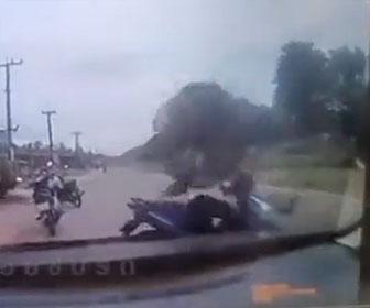 【衝撃】カップルが乗るバイクに事故では外れたタイヤが飛んでくる衝撃映像