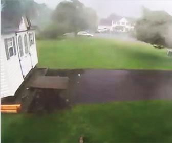 【衝撃】嵐で物置小屋が吹き飛ばされる衝撃映像