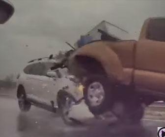 【事故】高速道路で前を走るピックアップトラックに猛スピードのSUV車が突っ込む衝撃映像