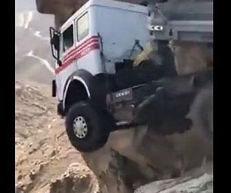 【衝撃】大型トラックが崖に飛び出し落下しそうになっている衝撃映像