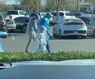 【衝撃】万全なコロナ対策した家族が車から降りてくる衝撃映像