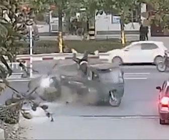 【事故】左折する3輪自動車に直進するバイクが猛スピードで突っ込み…