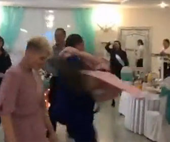 【衝撃】結婚式で酔っ払った男性が女性を持ち上げ回り出すが…