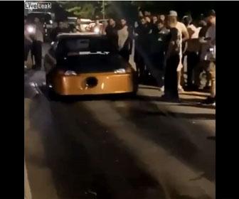 【事故】ストリートレースで急発進した車がコントロールを失い観客に突っ込む衝撃映像