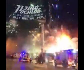 【衝撃】花火工場で火災が発生。大量の花火に引火し駆け付けた消防士が必死逃げる衝撃映像